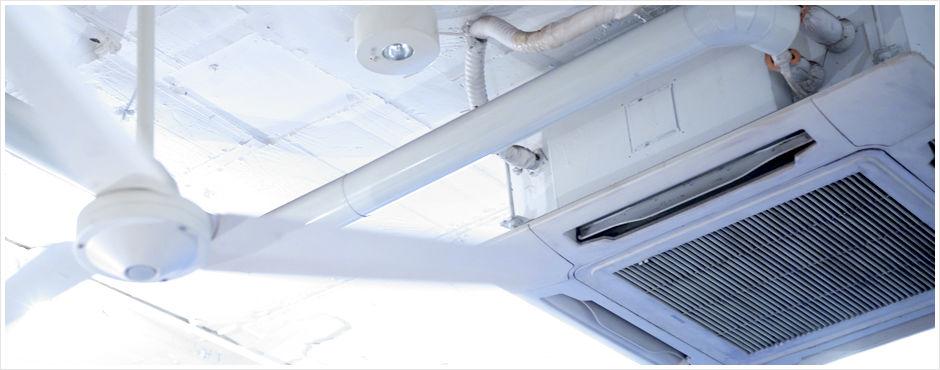 天井埋め込み型エアコンとシーリングファン